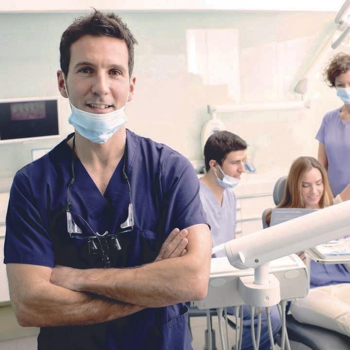 Gestionale studio dentistico: un dentista sorridente all'interno del suo studio dentistico gestito con il software DBMedica