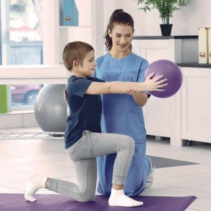 Gestionale fisioterapia: un fisioterapista esegue una riabilitazione su un bambino all'interno di un centro fisioterapico gestito con il software DBMedica